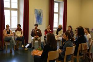 Eindrücke aus den Workshops: der Stuhlkreis ist eine kommunikative uns gern genutzte Sitzplatzanordnung
