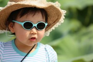 Kind mit Sonnenbrille